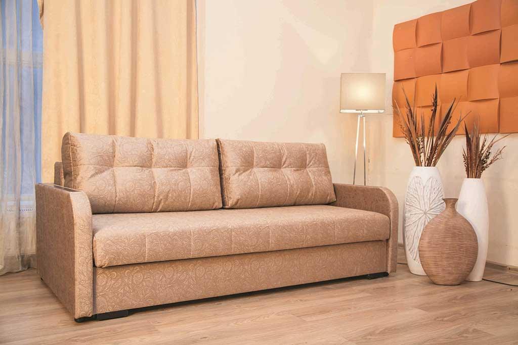 Чистый диван в комнате